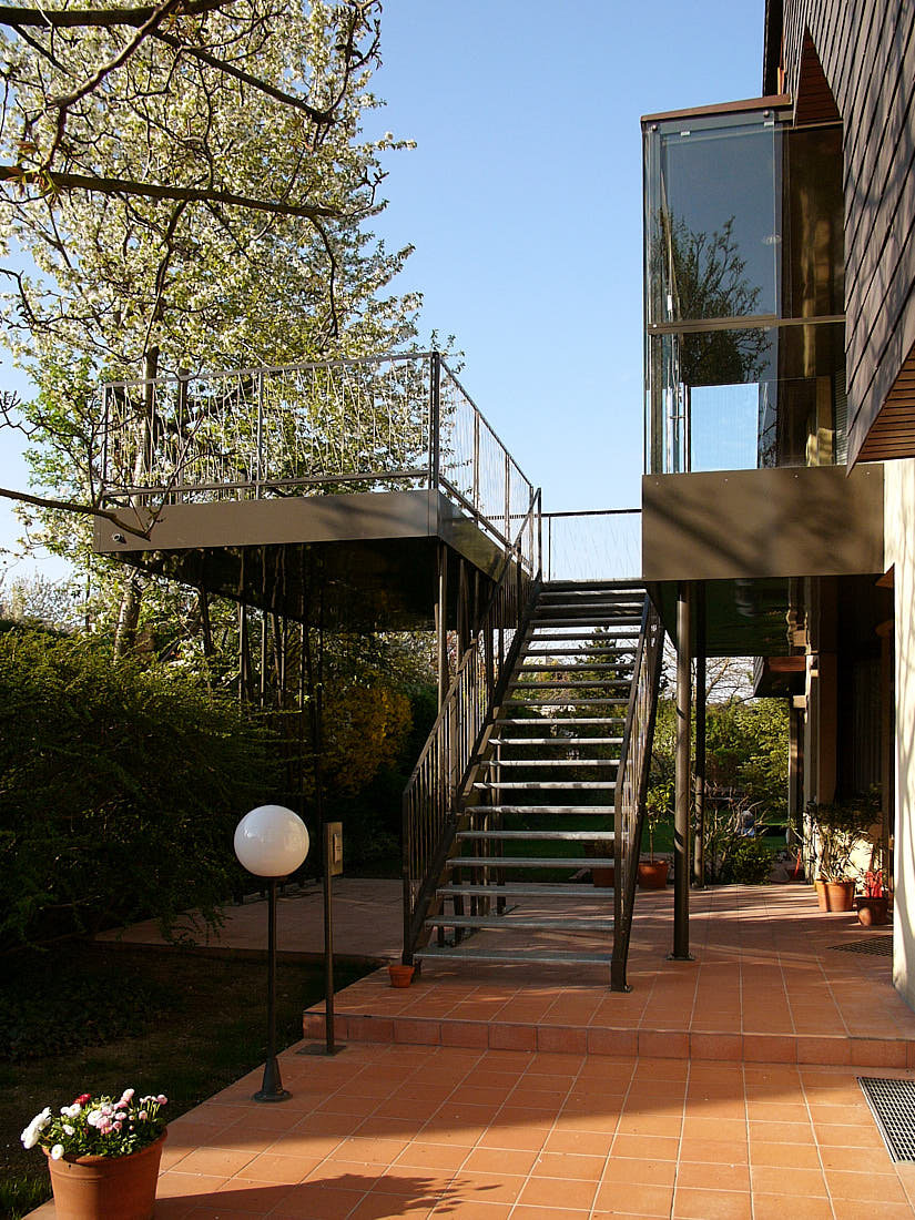 Lalue: elevated Terrace, Staircase, Porch